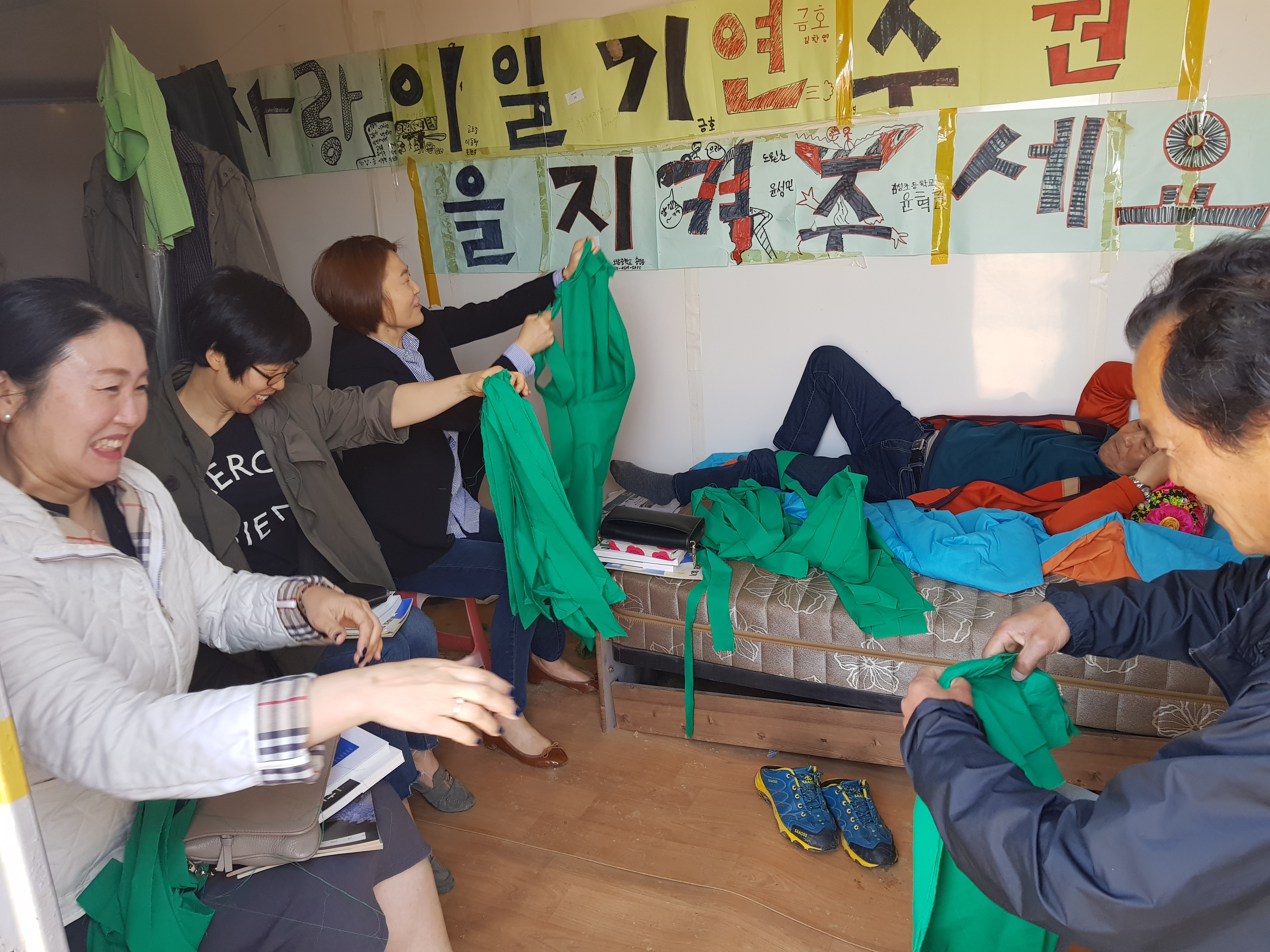 지난 19일 천광노 작가가 단식투쟁에 들어간 컨테이너에서 세종시 학부모들이 모여 '초록리본'걸기 준비에 한창이다.  서중권 기자