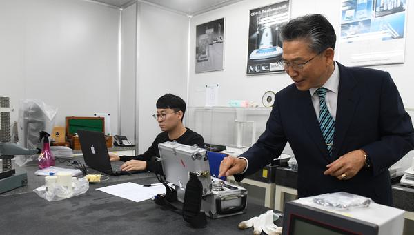 나노하이테크 기업부설연구소에서 김병순 대표와 연구진의 연구가 한창이다.