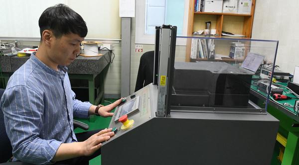 나노하이테크가 LG에 납품 중인 배터리 두께 측정기.